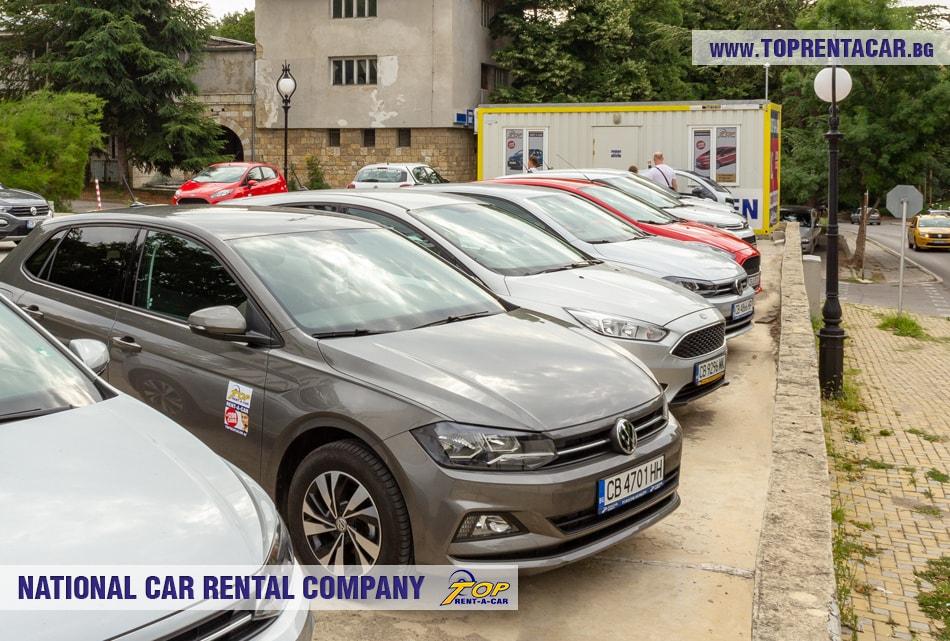 Variedad de autos de alquiler en la oficina